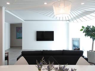 B house 비하우스 Moderne Wohnzimmer Weiß