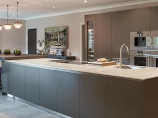Renovation of a large family home by Kitchen Architecture 모던