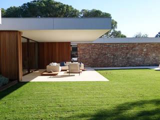 Paradiso House: Jardines delanteros de estilo  de On Locations