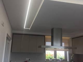 sancas de iluminação em LED: Cozinhas  por Fases Obliquas,Moderno