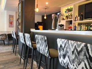 Reforma y Apertura Bar Cafetería : Bares y Clubs de estilo  de NACHO NAVARRO   ARQUITECTURA