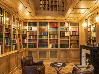 Conception et réalisation d'une pièce bibliothèque et d'une coursive pour un château en Mayenne: Bureau de style de style Classique par MAISON LOUIS-MARIE VINCENT