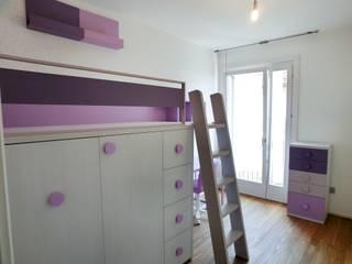 Letto a soppalco con armadio: Camera ragazze in stile  di Spaziojunior