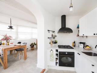 Cocina - comedor : Cocinas de estilo rústico de Triangle Studio