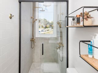 Baño en suite : Baños de estilo rústico de Triangle Studio