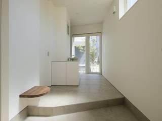 エントランス: 富谷洋介建築設計が手掛けた廊下 & 玄関です。