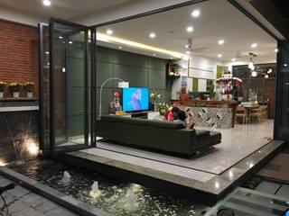 Một hồ cá nhỏ đơn giản mang lại hiệu quả thẩm mỹ cao. Phòng khách phong cách châu Á bởi Công ty TNHH TK XD Song Phát Châu Á Đồng / Đồng / Đồng thau