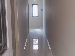 Rumah Glodok:  Koridor dan lorong by Dekapolis Design