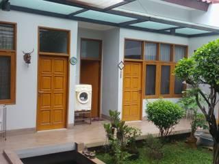Rumah Pulomas:  Rumah by Dekapolis Design