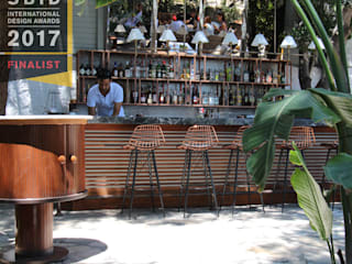 Open Air Bar Jardins tropicais por Orkun İndere Interiors Tropical