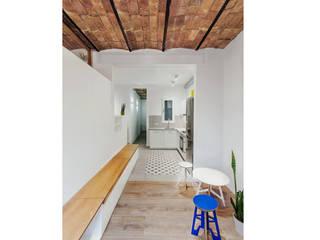 Pasillo salón hacia la cocina : Pasillos y vestíbulos de estilo  de LaBoqueria Taller d'Arquitectura i Disseny Industrial
