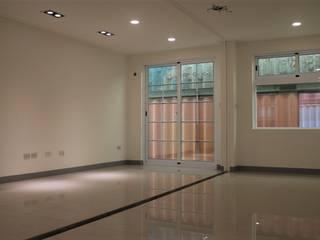 【客製化】層次高屋頂造型-3大房2廳2衛浴:  客廳 by 築地岩移動宅