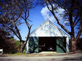 大磯 傾斜地の家: ミナトデザイン1級建築士事務所が手掛けたガレージドアです。
