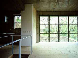 大磯 傾斜地の家: ミナトデザイン1級建築士事務所が手掛けたリビングです。