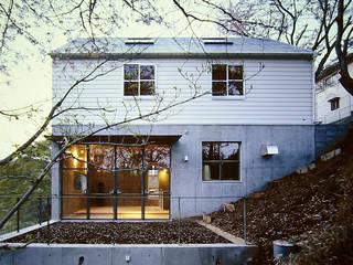 大磯 傾斜地の家: ミナトデザイン1級建築士事務所が手掛けた一戸建て住宅です。