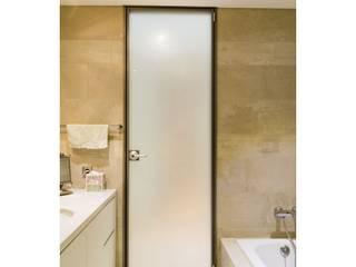 불투명 백색 욕실문: WITHJIS(위드지스)의  문