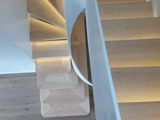 Escalera Mistral: Escaleras de estilo  de Escaldecor C.B.