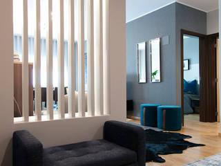 Projeto Residencial_Apartamento T2: Corredores e halls de entrada  por ÀS DUAS POR TRÊS,Moderno