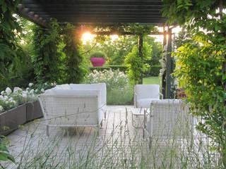 ACCENTI FUCSIA: Giardino in stile in stile Moderno di MASSIMO SEMOLA PROGETTAZIONE GIARDINI MILANO