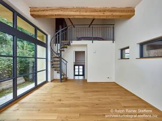Umbau einer Scheune Moderne Wohnzimmer von Ralph Rainer Steffens Photographie Modern