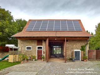 Umgebaute Scheune: moderne Häuser von Ralph Rainer Steffens Photographie