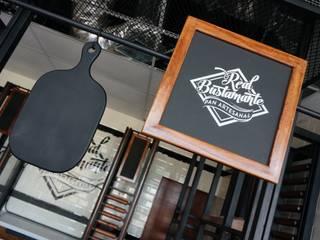 Decoración para cafetería | Diseño de cafeterías | Mobiliario para cafetería |: Espacios comerciales de estilo  por B&Ö Arquitectura interior y muebles | Diseño de bares y restaurantes / Interiorismo y Decoración México.