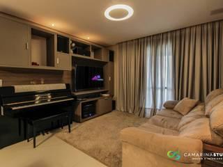 Sala da família: Salas de estar  por Camarina Studio