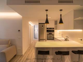 J&J  Apartment  Sitges  Barcelona: Cocinas integrales de estilo  de FPM Arquitectura
