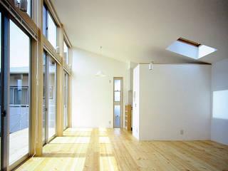 鵠沼海岸 光と風の家: ミナトデザイン1級建築士事務所が手掛けたリビングです。