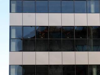 Edificio de Oficinas en Santiago: Tragaluces de estilo  de jjccarquitectura