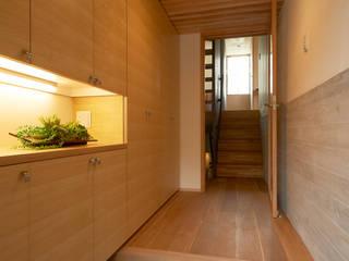 スキップフロアの家: 小笠原建築研究室が手掛けた廊下 & 玄関です。