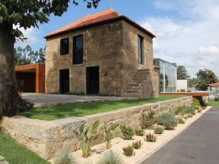 P208: Casas unifamilares  por Helder Coelho - Arquitecto, Lda