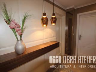 Projeto reformulação de interiores em Alcabideche: Corredores e halls de entrada  por OBRA ATELIER - Arquitetura & Interiores