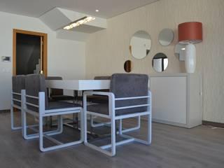 Sala com zona de estar e de jantar - Estilo clean, em tons neutros e apontamentos em coral Salas de jantar modernas por Victor Bertier Design Moderno