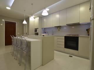 Cozinha moderna em tons neutros e esbatidos Cozinhas modernas por Victor Bertier Design Moderno
