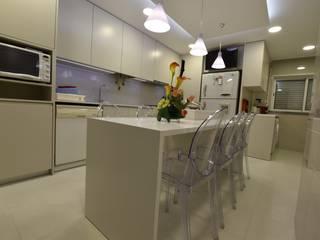 Cozinha moderna em tons neutros e esbatidos por Victor Bertier Design Moderno
