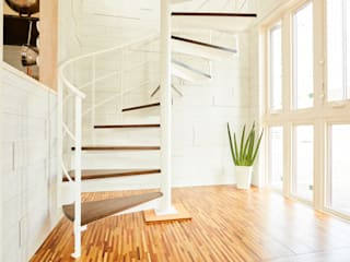 明るい空間に螺旋階段: LobeSquareが手掛けた階段です。