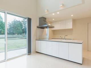 生活感を抑えた大理石調床の白い家 モダンデザインの リビング の 株式会社JA建設エナジー モダン