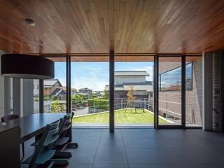 LDKから庭を見る: (株)建築デザイン研究所が手掛けたリビングです。