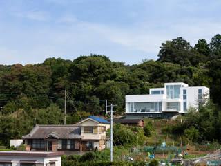 高い場所に位置する住宅: (株)建築デザイン研究所が手掛けた家です。