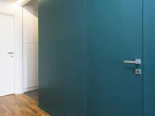 CASA M+P. FIRENZE: Ingresso & Corridoio in stile  di OKS ARCHITETTI
