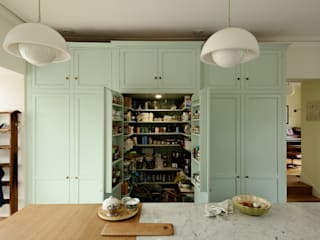 The York Townhouse Kitchen by deVOL Classic style kitchen by deVOL Kitchens Classic Solid Wood Multicolored