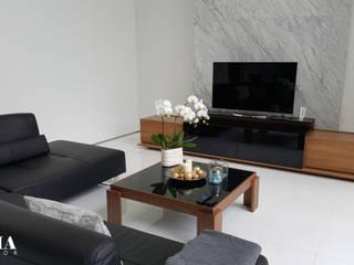 Living Room w/ Cabinet TV:  Ruang Keluarga by Likha Interior