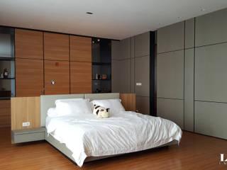 Bedroom:  Kamar Tidur by Likha Interior