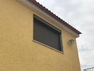 Estores compactos caixa exterior esteira térmica bronze:   por ESTORES DESIGN By Sérgio Soares