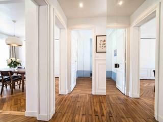 Rénovation d'un appartement Haussmannien Couloir, entrée, escaliers modernes par Clo - Architecture & Design Moderne