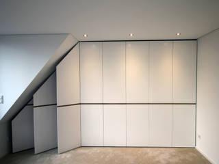 Einbauschrank: modern  von Schreinerei Fischbach GmbH & Co. KG,Modern