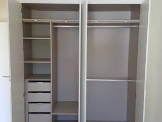 Minimalistische Ankleidezimmer von Paulo Cardoso - Móveis por Medida, Lda. Minimalistisch