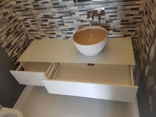 Modern bathroom by Paulo Cardoso - Móveis por Medida, Lda. Modern