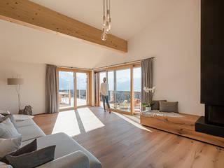 Wohnzimmer:  Wohnzimmer von architetta schiers ag